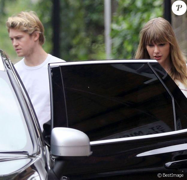Exclusif - Taylor Swift et son compagnon Joe Alwyn à la sortie d'un pub anglais traditionnel du nord de Londres, Royaume Uni, le 30 mai 2018.