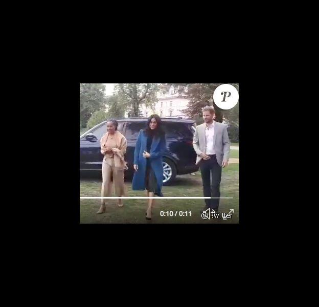Le prince Harry s'est-il discrètement assuré que sa braguette était fermée, en arrivant le 20 septembre 2018 au palais de Kensington pour le lancement du livre de recettes de cuisine Together que sa femme la duchesse Meghan de Sussex a préfacé ? Image : vidéo Twitter.