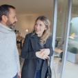 """Thibault Chanel tactile avec sa cliente, la candidate Amandine, dans """"Recherche appartement ou maison"""" sur M6 le 25 septembre 2018."""