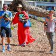 Exclusif - Kate Hudson, enceinte, est allée soutenir son fils Bingham à son match de football en compagnie de son autre fils Ryder et de son compagnon Danny Fujikawa à Malibu, le 16 septembre 2018.