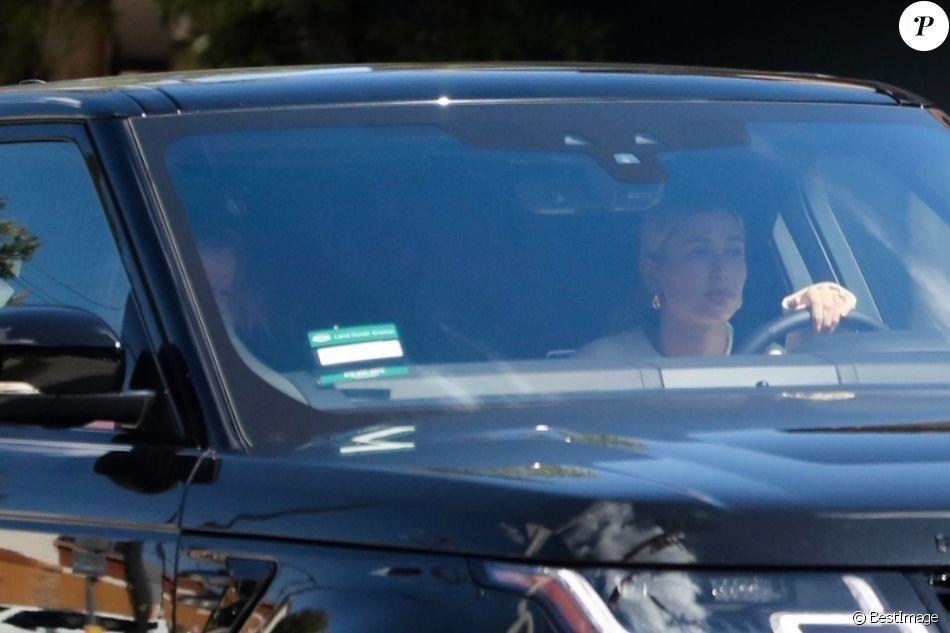 Justin Bieber et Hailey Baldwin en voiture dans les rues de Los Angeles. Justin semble très affecté par les problèmes de santé de son ex Selena Gomez. Selena a été victime d'un nouvel épisode d'anxiété après avoir appris par ses médecins que son taux de globules blancs avait baissé dans les dernières semaines, probablement en raison de sa transplantation rénale.Opérée fin septembre, Selena Gomez n'a pas connu l'évolution favorable attendue par son traitement. Elle serait désormais soignée dans un hôpital psychiatrique de la côte est où elle suivrait une thérapie comportementale pour soigner ce qui ressemble à un état dépressif. Le 11 octobre 2018