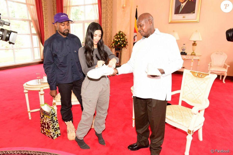 Kim Kardashian, Kanye West et le président de l'Ouganda, Yoweri Museveni au palais présidentiel à Entebbe. Le 15 octobre 2018.