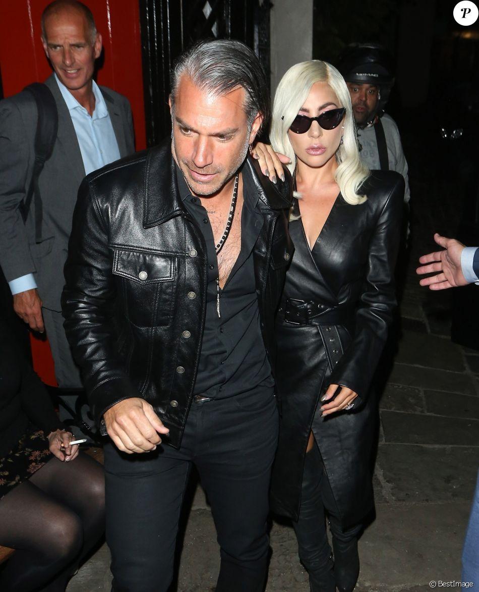 """Lady Gaga, très légèrement vêtue, et son compagnon Christian Carino se rendent dans le pub """"The Grenadier"""" à Londres, le 26 septembre 2018."""