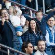 """Jean Sarkozy avec sa femme Jessica et ses enfants Solal et Lola dans les tribunes du Parc des Princes lors du match de Ligue 1 """"PSG - Amiens (5-0)"""" à Paris, le 20 octobre 2018."""