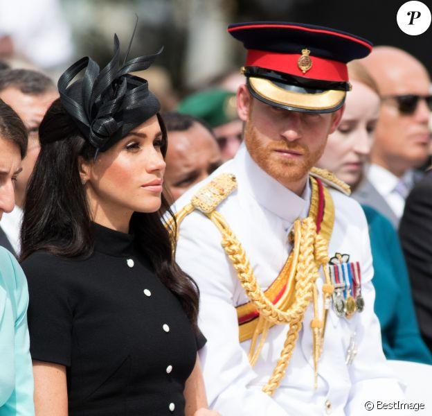 Le prince Harry, duc de Sussex, et Meghan Markle, duchesse de Sussex, enceinte, déposent une couronne au monument de guerre de l'ANZAC à Sydney, le 20 octobre 2018.