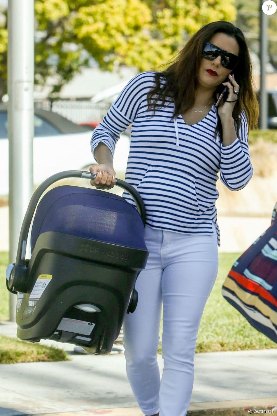 Exclusif - Eva Longoria se rend avec son fils Santiago à l'aéroport de Van Nuys à Los Angeles, le 26 octobre 2018.