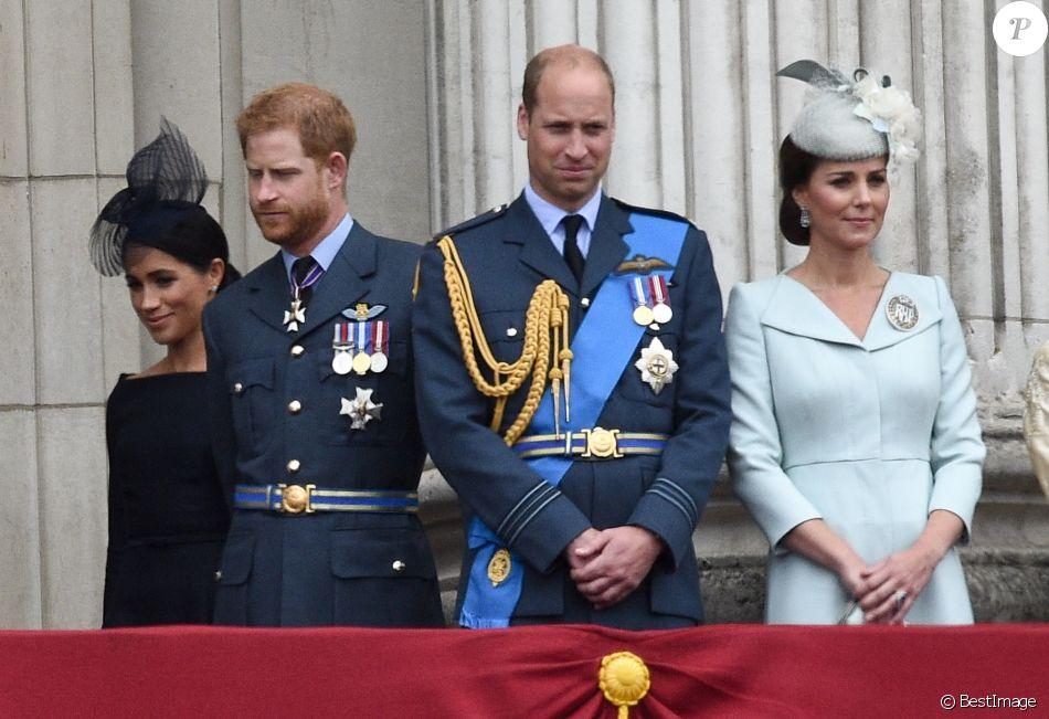 Le prince Harry et la duchesse Meghan de Sussex, le prince William et la duchesse Catherine de Cambridge au balcon du palais de Buckingham le 10 juillet 2018 à Londres lors de la parade pour le centenaire de la RAF.