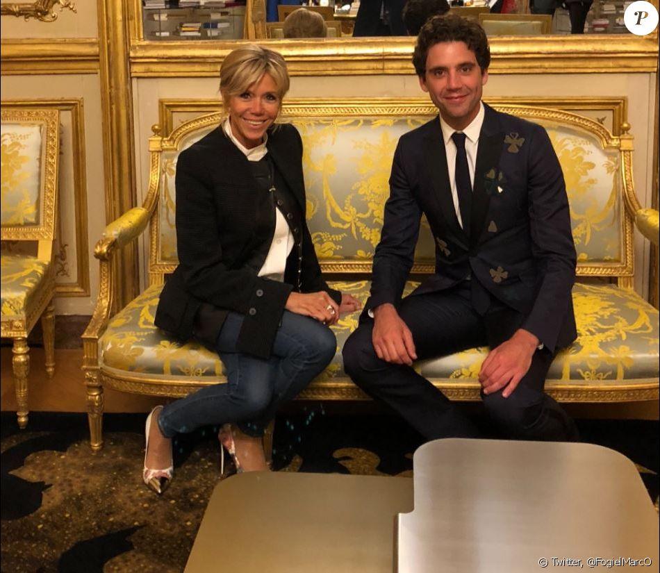 Mika posant avec Brigitte Macron lors d'un dîner organisé à l'Elysée le 18 mai 2018.