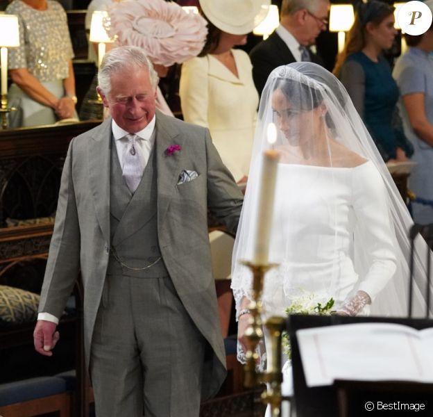 Meghan Markle, duchesse de Sussex, menée à l'autel par le prince Charles, son beau-père, lors de son mariage avec le prince Harry le 19 mai 2018 à Windsor.