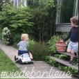 Agathe Lecaron filme ses fils dans son jardin dans la banllieue parisienne, mai 2018.