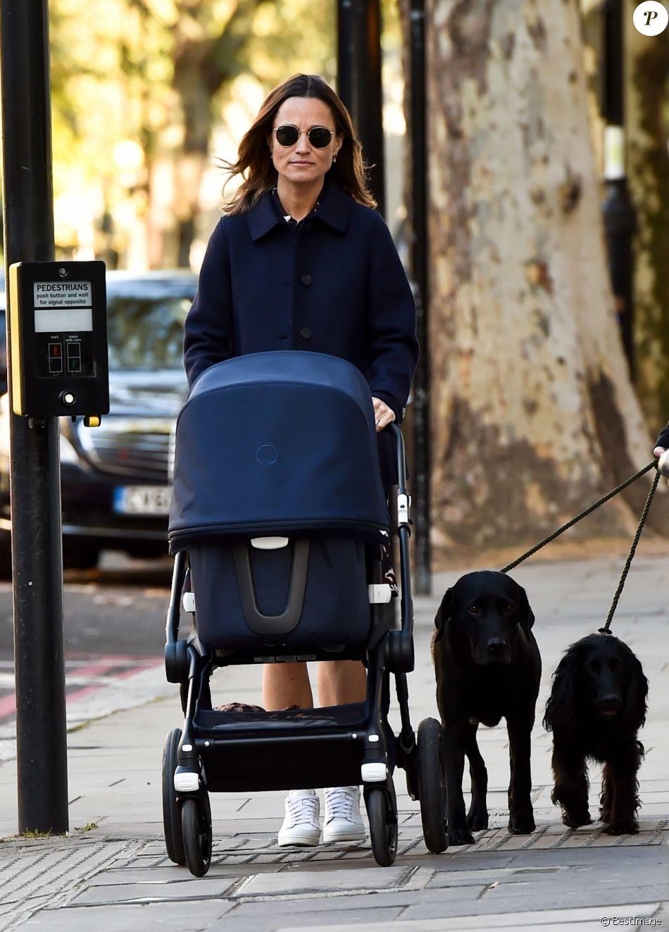 Exclusif - Pippa Middleton promène son fils avec ses deux chiens à Londres le 23 octobre 2018.