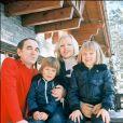 Charles Aznavour, son épouse Ulla et leur deux aînés, Katia et Mischa en 1976.