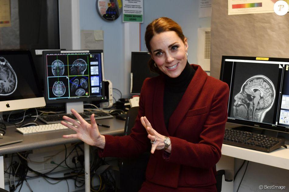 Kate Middleton, duchesse de Cambridge, habillée d'un tailleur Paule Ka, en visite au laboratoire de neurosciences à l'University College de Londres le 21 novembre 2018.