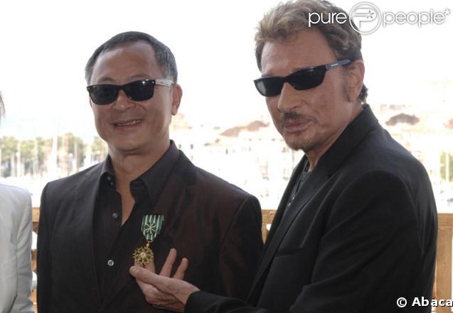 Johnnie To et Johnny Hallyday lors de la cérémonie durant laquelle le cinéaste a reçu par la ministre de la culture la médaille d'Officier dans l'Ordre national des Arts et des Lettres le 18 mai 2009 à Cannes