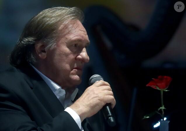Gérard Depardieu chante en compagnie de Zara lors d'une soirée en l'honneur de l'acteur Vladimir Vysotsky au Rossiya Concert Hall à Moscou, le 25 avril 2018.