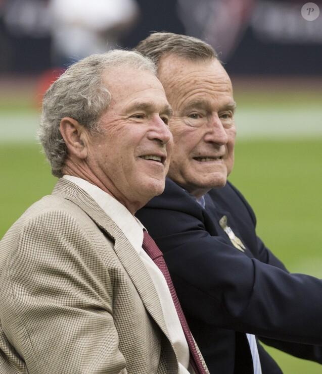 George W. Bush et son père George H.W. Bush le 17 novembre 2013 à Houston au Texas lors d'un match de base-ball. L'ancien président des Etats-Unis est mort à l'âge de 94 ans le 30 novembre 2018.