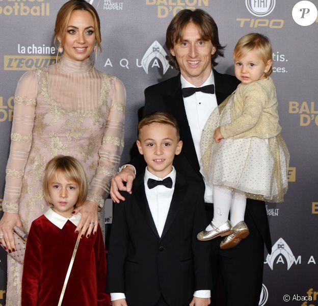 Luka Modric, ballon d'or 2018, avec sa femme Vanja Bosnic et leurs enfants Ivano (né en 2010), Ema (née en 2013) et Sofia (née en 2017) - Tapis rouge de la cérémonie du Ballon d'or France Football 2018 au Grand Palais à Paris, France, le 3 décembre 2018.