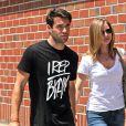 Exclusif - Joshua Bowman et sa petite amie Emily VanCamp se promènent main dans la main à Beverly Hills, le 8 mai 2014.