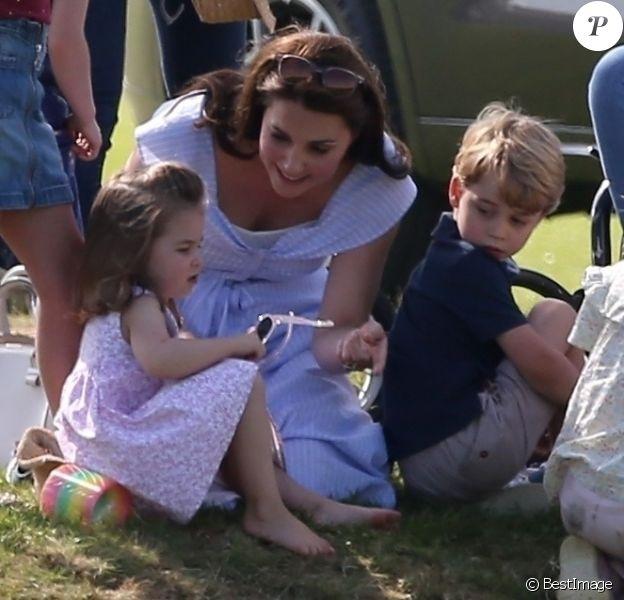 La duchesse Catherine de Cambridge et ses enfants le prince George et la princesse Charlotte de Cambridge au Beaufort Polo Club à Tetbury le 10 juin 2018.
