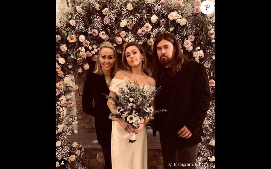Miley Cyrus entourée de ses parents Tish et Billay Ray lors de son mariage  avec Liam