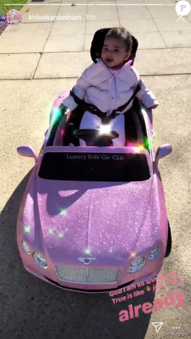 True Thompson, la fille de Khloé Kardashian, à bord de la mini voiture qu'elle a reçue pour Noël. Le 28 décembre 2018