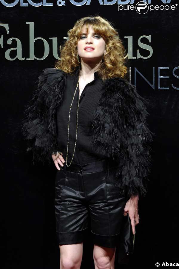 Cécile Cassel, son short brillant et son manteau à plumes à la soirée Dolce & Gabbana