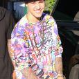 Justin Bieber montre ses tatouages en remontant dans sa voiture après s'être arrêté au Whole Foods Market à Sherman Oaks, le 21 juillet 2014.