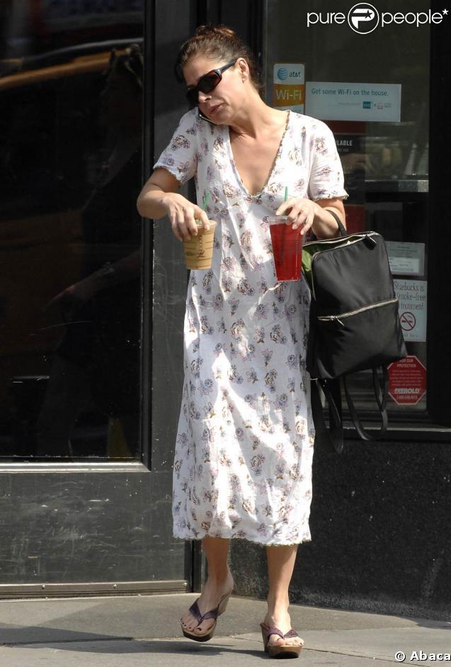 Maura Tierney fait une pose au Strabucks Coffee dans le West Village à New-York le 23 mai 2009