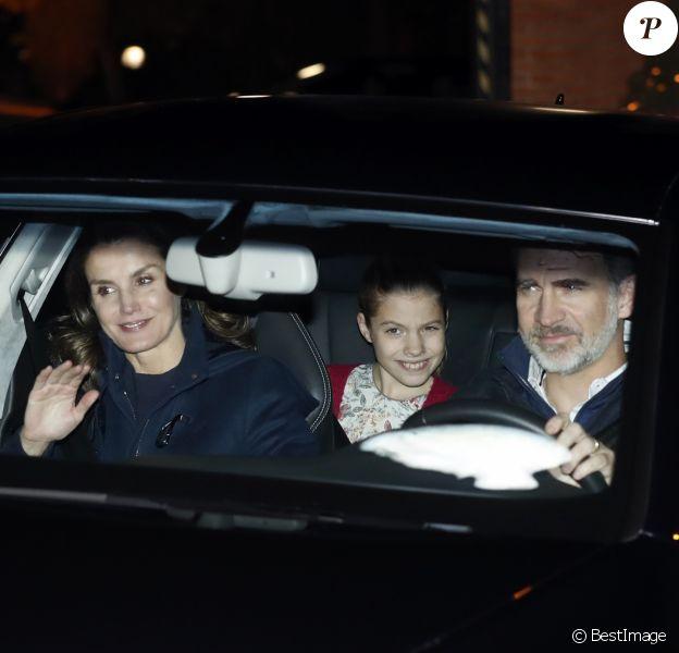 Le roi Felipe VI d'Espagne, la reine Letizia et leurs filles la princesse Leonor (à droite à l'arrière) et l'infante Sofia se rendant chez Jesus Ortiz, père de la reine, pour fêter l'Épiphanie en famille, à Madrid le 6 janvier 2019.