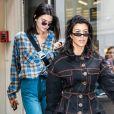 """Kourtney Kardashian et sa soeur Kendall Jenner sont allées déjeuner au restaurant """"Broken Coconut"""" avec des amis à New York, le 5 juin 2018."""