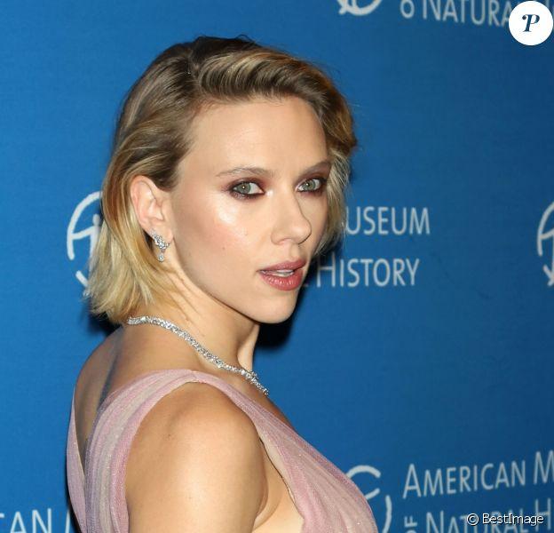 """Scarlett Johansson au photocall de la soirée """"2018 American Museum of Natural History Gala"""" à New York, le 15 novembre 2018."""