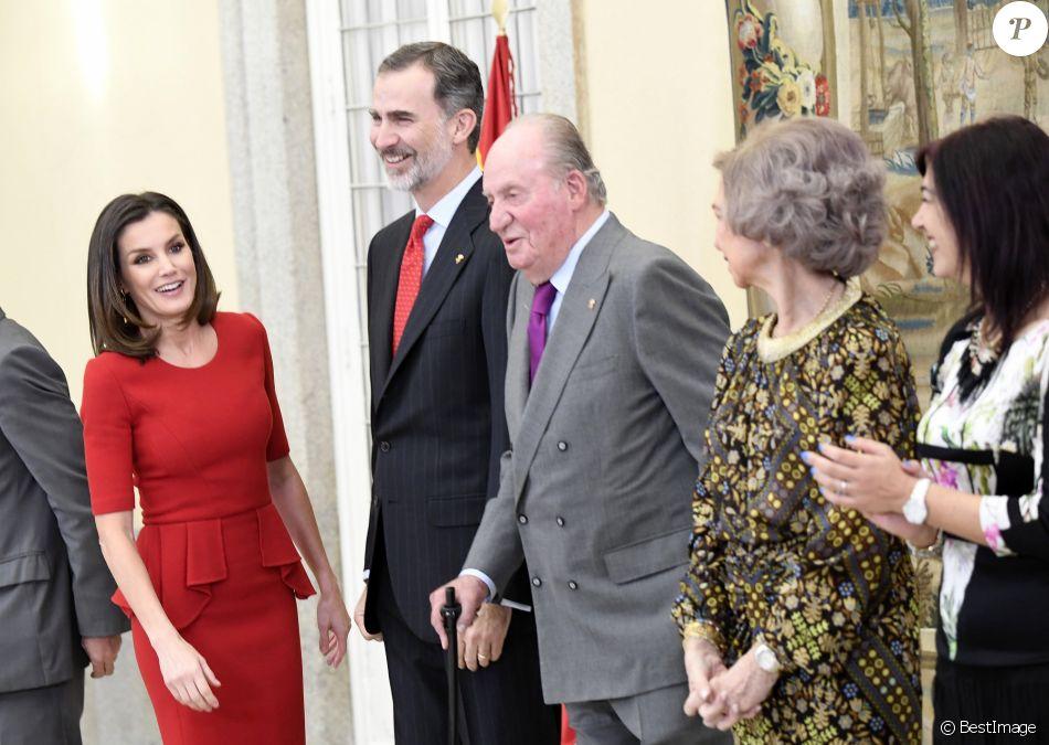 Le roi Felipe VI et la reine Letizia d'Espagne, en présence également du roi Juan Carlos, de la reine Sofia, de l'infante Elena et de l'infante Pilar, présidaient à la cérémonie des Prix nationaux du sport espagnol le 10 janvier 2019 au palais du Pardo, à Madrid.