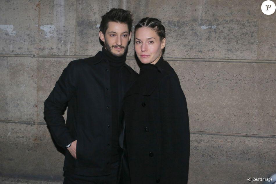 """Pierre Niney et sa compagne Natasha Andrews arrivent au défilé """"H&M - Collection prêt-à-porter printemps-été 2018"""" au musée des arts décoratifs de Paris, le 28 février 2018."""