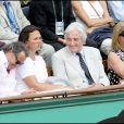 Michel Leeb (G), Jean-Loup Dabadie (D) et sa femme Véronique (centre) étaient à Roland Garros, hier