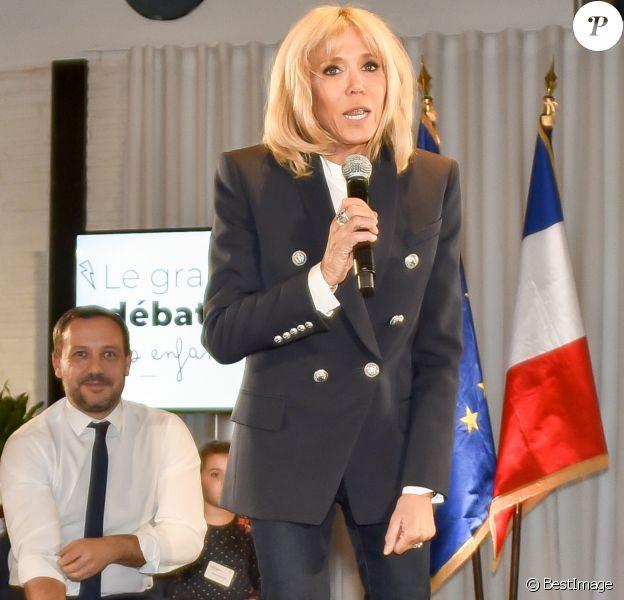 """La Première Dame Brigitte Macron, accompagnée du secrétaire d'État auprès de la ministre des Solidarités et de la Santé, Adrien Taquet lors au """"Grand débat national pour les enfants"""", à la Cité des sciences et de l'industrie à Paris, France, le 20 mars 2019."""