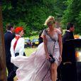 Kimberly Stewart a des soucis avec le vent et sa robe