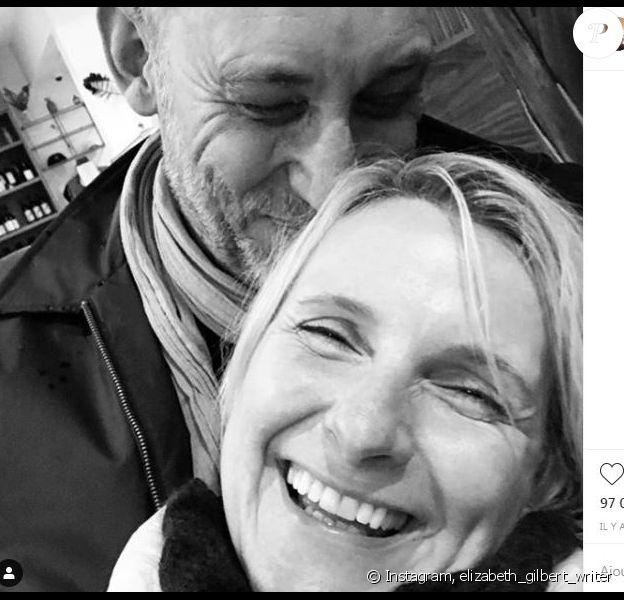 Elizabeth Gilbert annonce avoir retourvé l'amour auprès de Simon MacArthur sur Instagram le 24 mars 2019.
