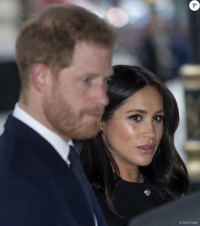 Le prince Harry, duc de Sussex et Meghan Markle, duchesse de Sussex durant la signature du livre des condoléances à la New Zealand House en hommage aux victimes de la tuerie de Christchurch, à Londres, le 19 mars 2019.