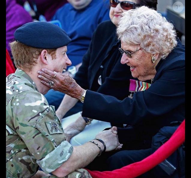 Le prince Harry lors de sa première rencontre avec l'Australienne Daphne Dunne, en 2015, à Sydney.