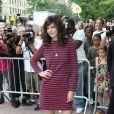 Katie Holmes, fraîche et tendance dans une robe rayée Céline, associée à de jolies chaussures Roger Vivier, lors de la première du film  The Extra Man .