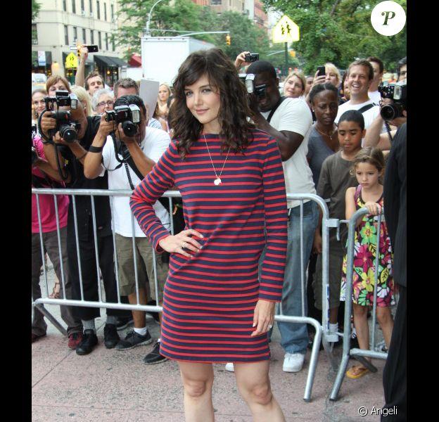 Katie Holmes, fraîche et tendance dans une robe rayée Céline, associée à de jolies chaussures Roger Vivier, lors de la première du film The Extra Man.