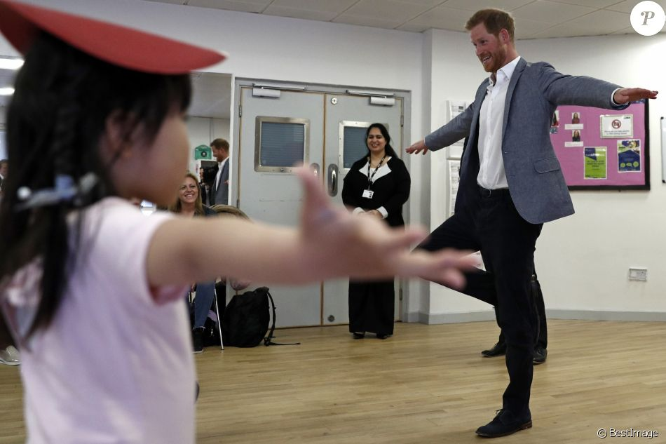 Le prince Harry, duc de Sussex, assiste à un cours de danse classique lors de sa visite au centre YMCA South Ealing à Londres le 3 avril 2019.