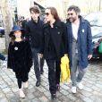 Mathieu Demy (fils de Agnès Varda), sa femme Joséphine Wister Faure et leurs deux enfants à la sortie de l'hommage à Agnès Varda dans la Cinémathèque française avant ses obsèques au cimetière du Montparnasse à Paris, France, le 2 avril 2019.