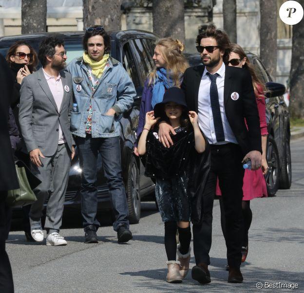 Mathieu Demy, sa fille avec Valentin Vignet (petit-fils d'Agnès Varda) et sa femme Déborah François, - Arrivées aux obsèques d'Agnès Varda au Cimetière du Montparnasse à Paris, le 2 avril 2019.
