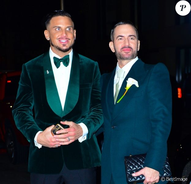 Marc Jacobs et son mari Char Defrancesco posent pour les photographes lors de leur soirée de mariage à New York. Les jeunes mariés sont parfaitement assortis et rayonnent, le 6 avril 2019.