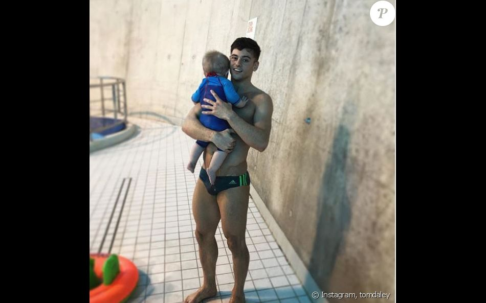 Tom Daley et son fils Robert à la piscine, à Londres. Le 6 avril 2019.