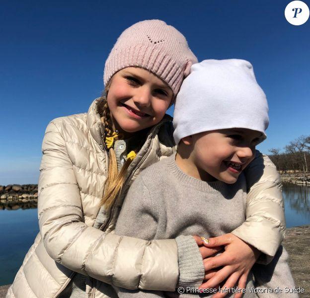 La princesse Estelle et le prince Oscar de Suède photographiés en avril 2019 par leur mère la princesse héritière Victoria de Suède.