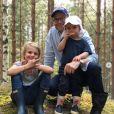La princesse Estelle et le prince Oscar de Suède font un petit goûter en forêt avec leur papa le prince Daniel lors de vacances en famille au cours de l'été 2018, photo Instagram de la princesse héritière Victoria de Suède.