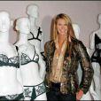 Elle MacPherson à l'exposition sur l'histoire de la lingerie à Londres, le 11 juin 2009