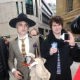 Pete Doherty quitte les studios de la BBC, dans la poche intérieur de son manteau il transporte une bouteille. Londres, le 12 avril 2019.